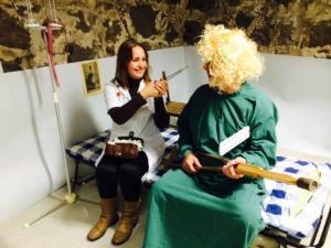 Dr. Adele tegeleb patsient Urmasega